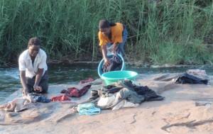 kvinnor som tvättar