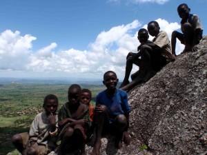 nyfikna barn vid Nkoma Mountain